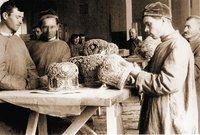Взвешивание и составление списков изъятых церковных ценностей. Фотография. 1922 г.